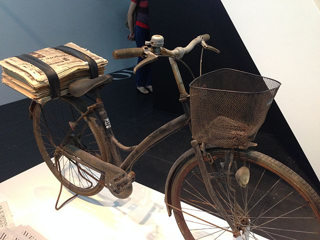Old_newspaper_delivery_bicycle_on_temporary_display_at_the_National_Museum_of_Singapore_-_20140809